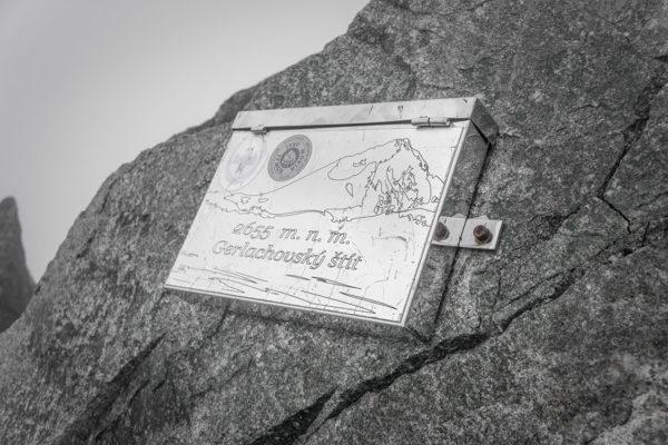 W takiej małej skrzyneczce wykonanej ze stali nierdzewnej znajduje się zeszyt wpisów. Nie omieszkaliśmy także dodać kilka ciepłych słów od nas (-:,