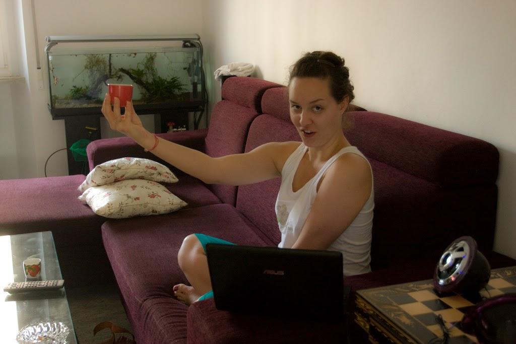 Dosłownie surfująca po kanapie Monika pije espresso.